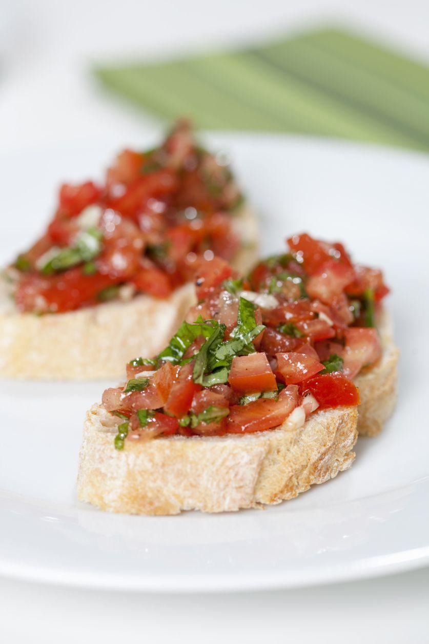 Bruschetta fresca de tomate y albahaca
