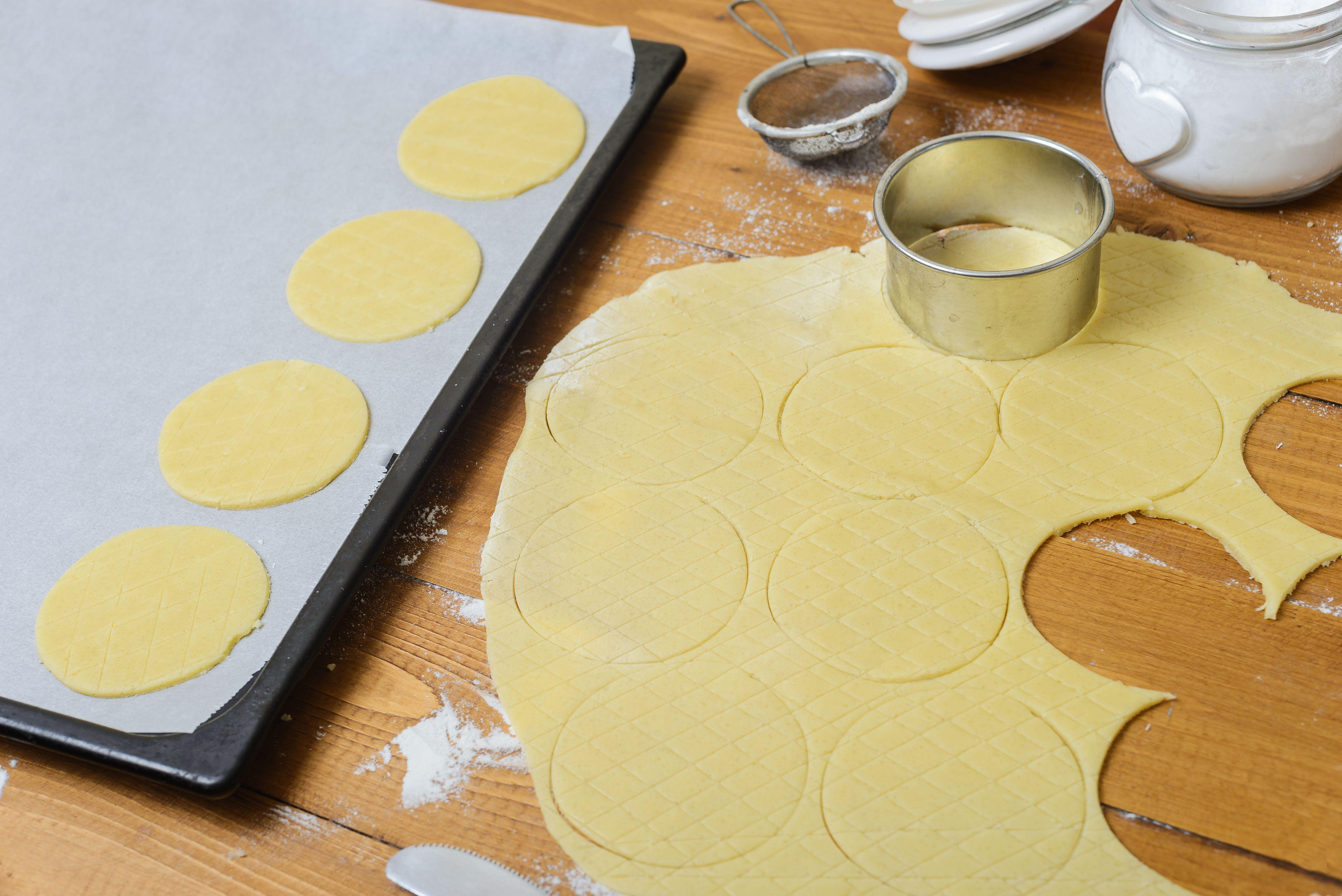 Scoring the dough in circular pattern