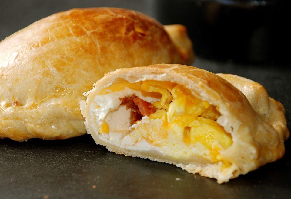 Empanadas de desayuno con tocino y huevos