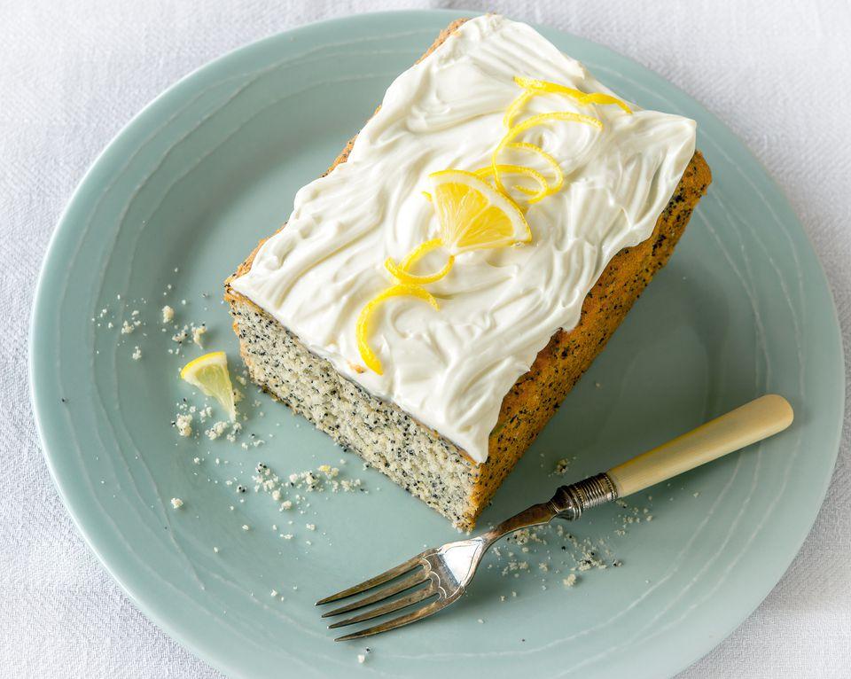 Pastel de semillas de amapola de limón con glaseado de queso crema