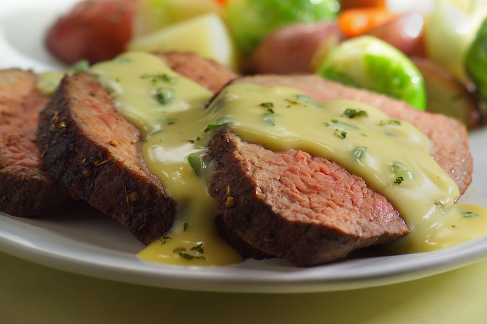 Roast beef with bearnaise sauce and vegetables
