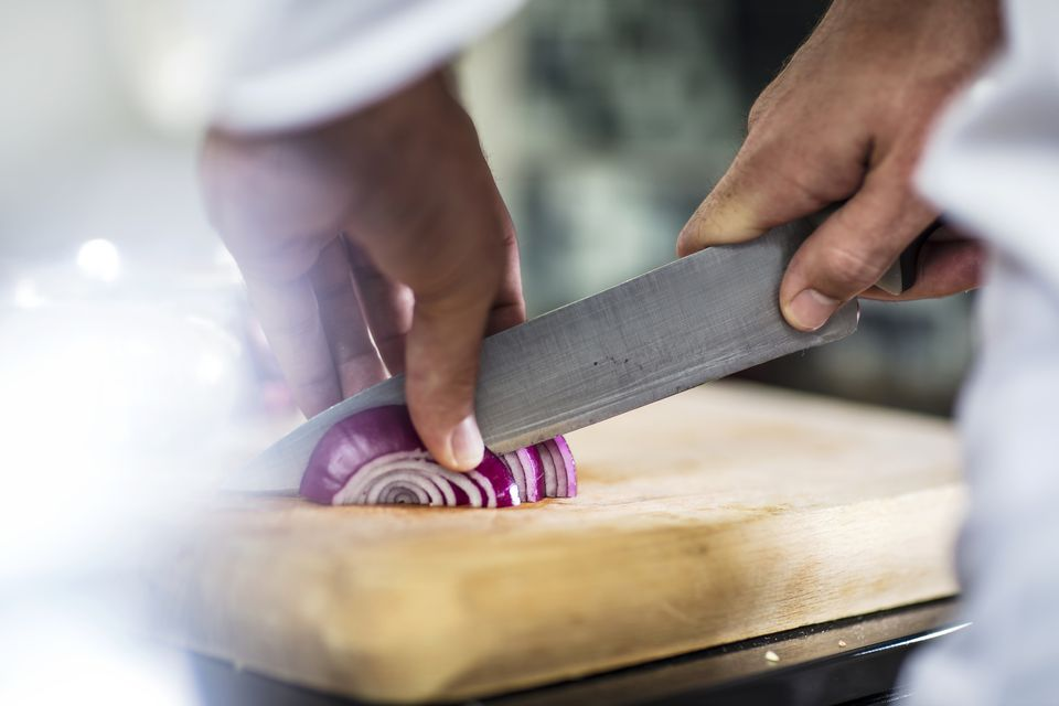 Slicing onion