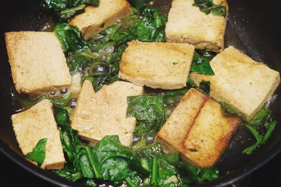 Receta de tofu marinado con espinacas