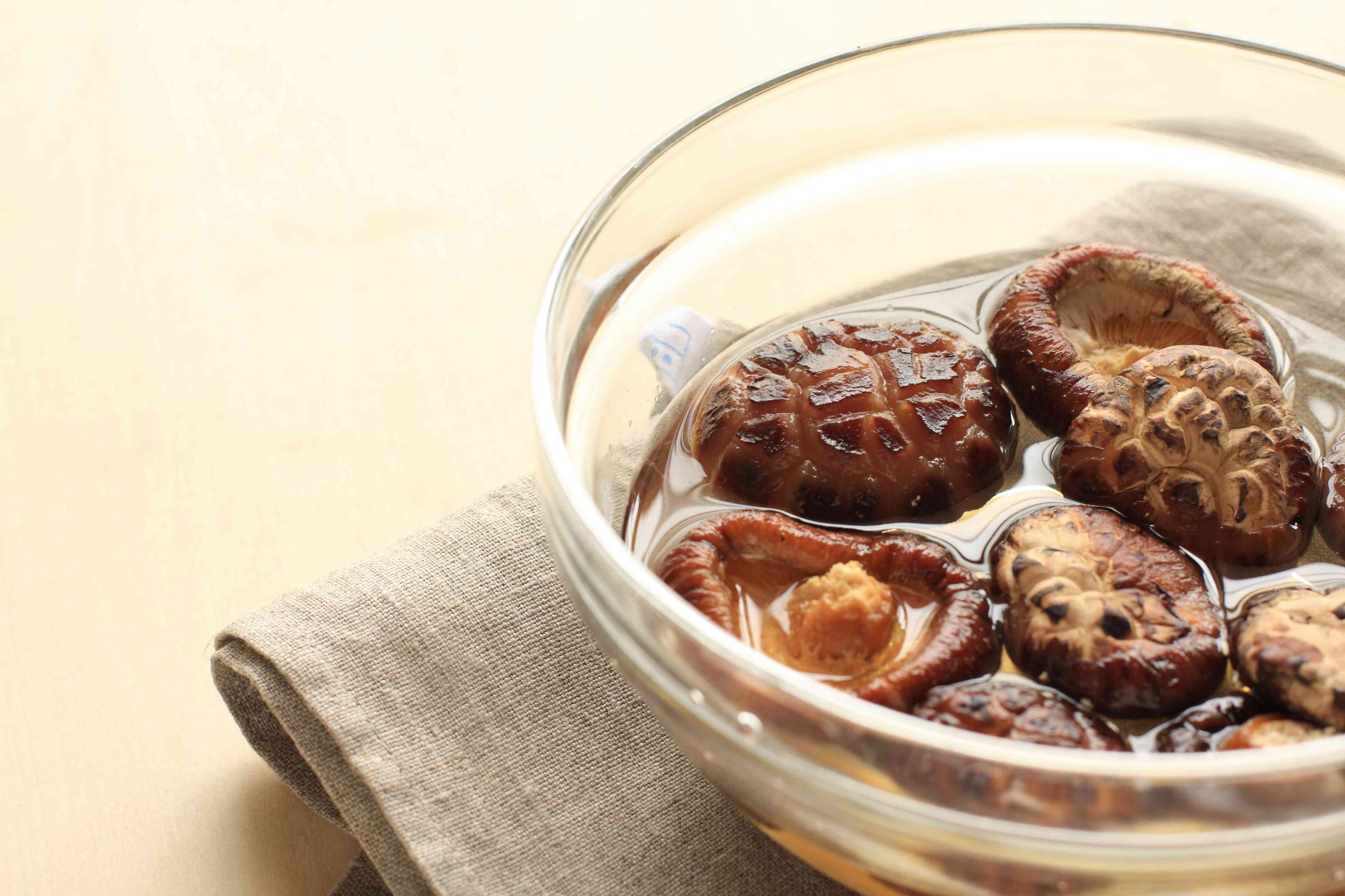 Chinese cooking, dried mushroom