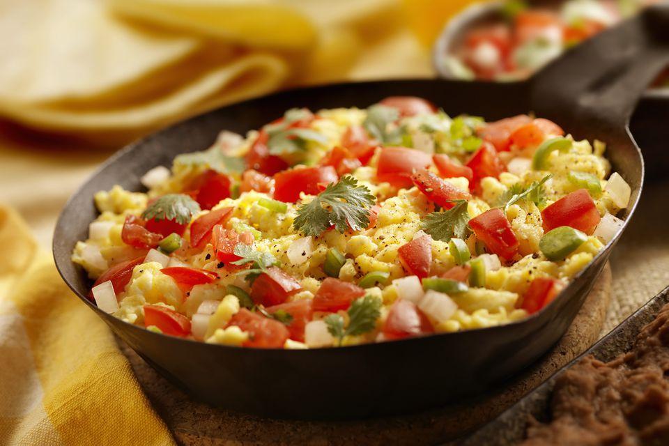Perico venezolano (huevos revueltos con cebolla y tomate)