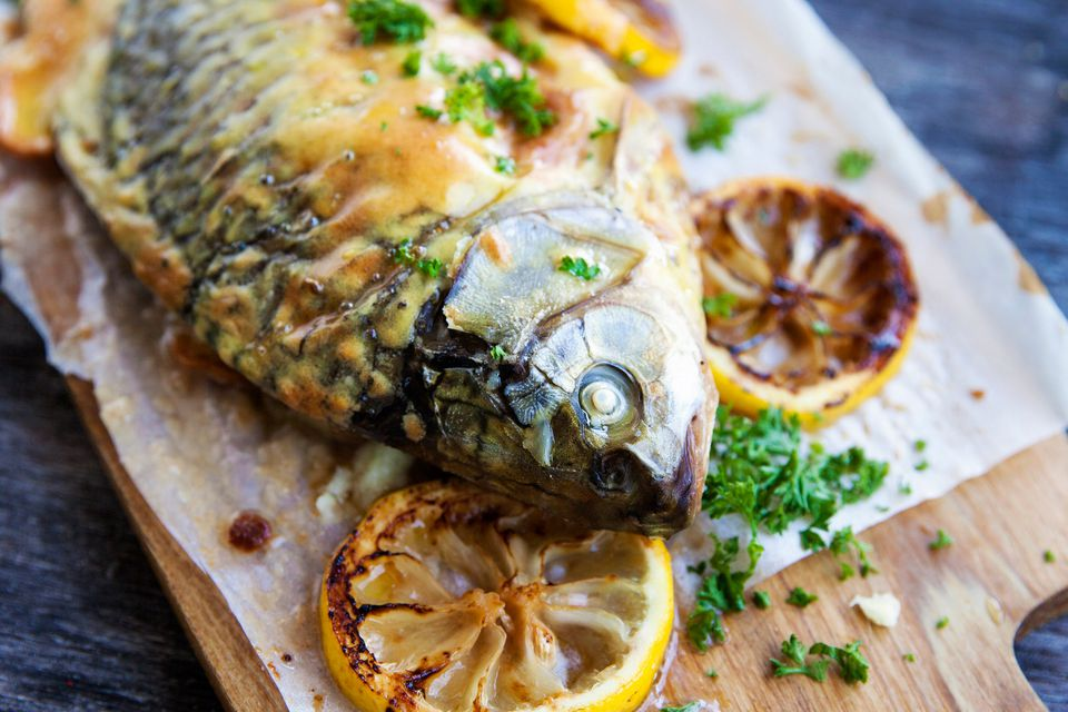Baked carp with lemon slices