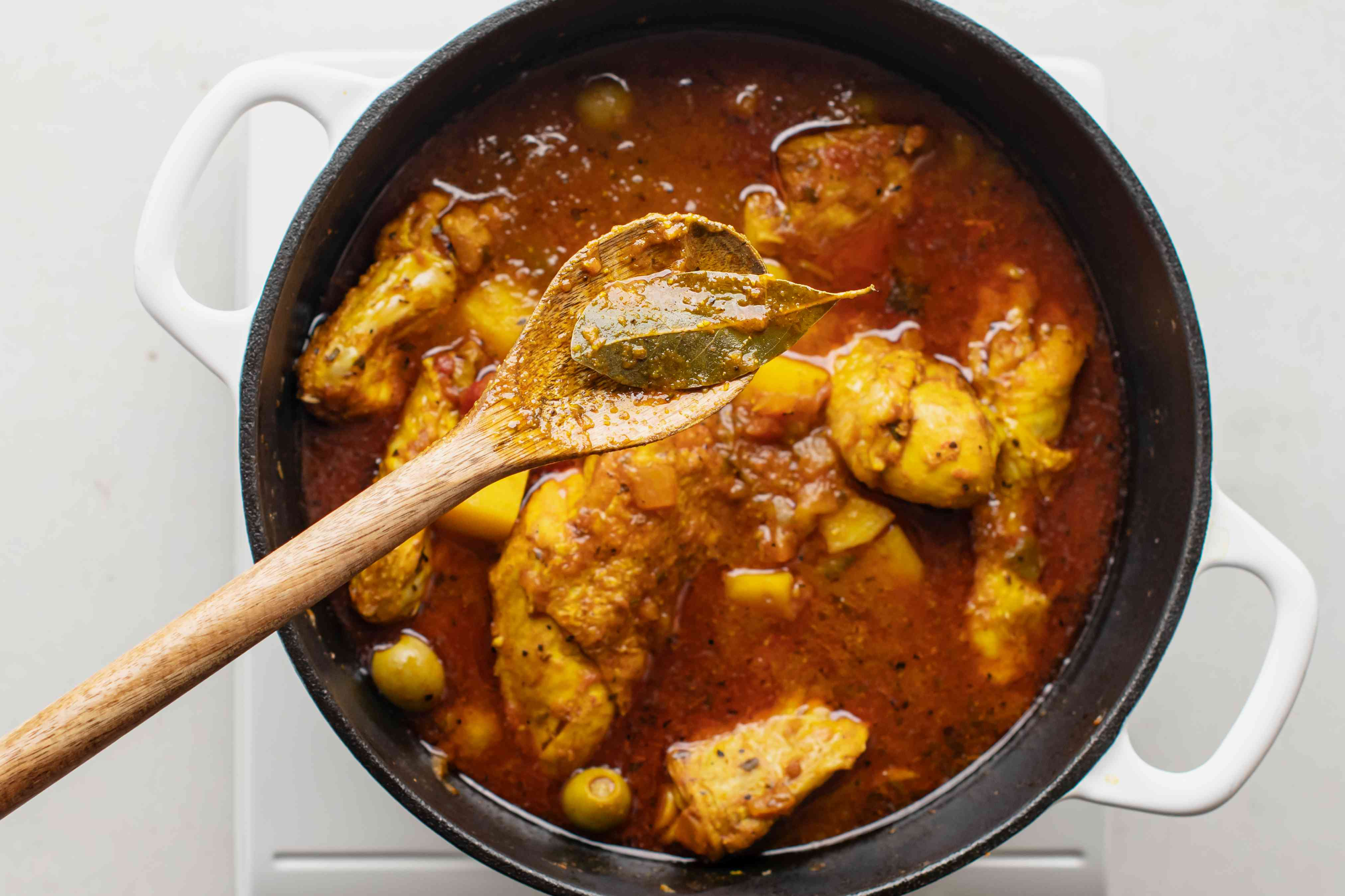 Remove bay leaf and culantro leaf from pollo guisado