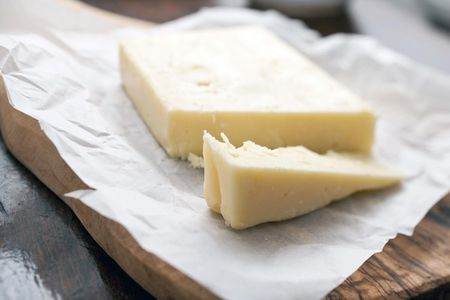 Differences Between Yellow and White Cheddar Cheese