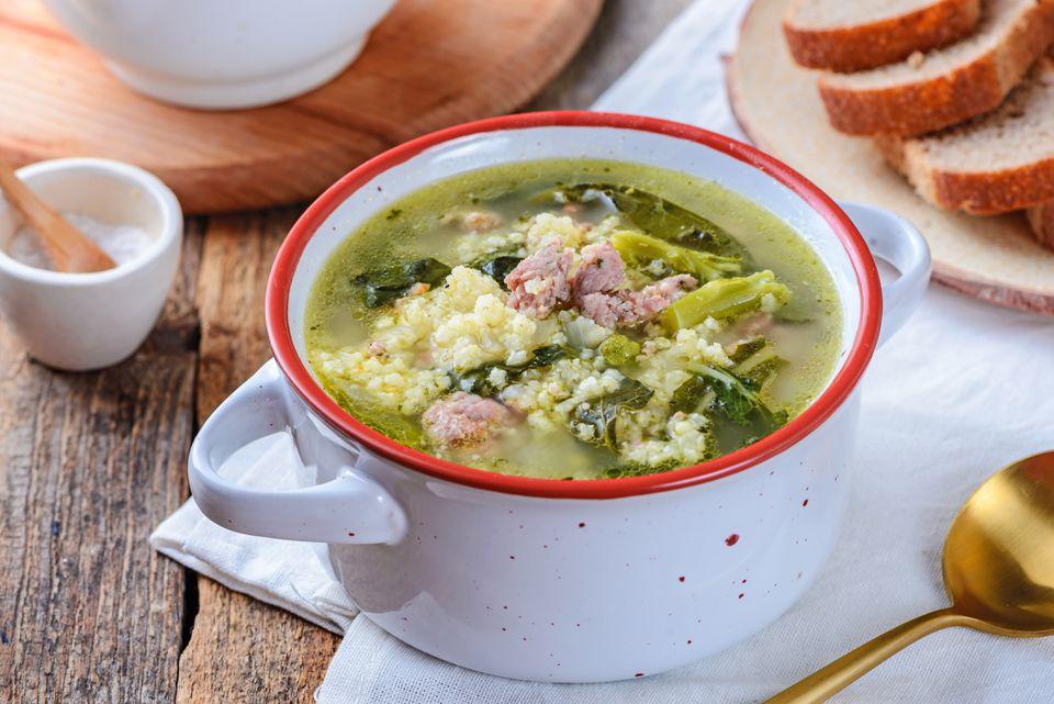 Salchicha de pavo, rabé de brócoli y sopa de mijo