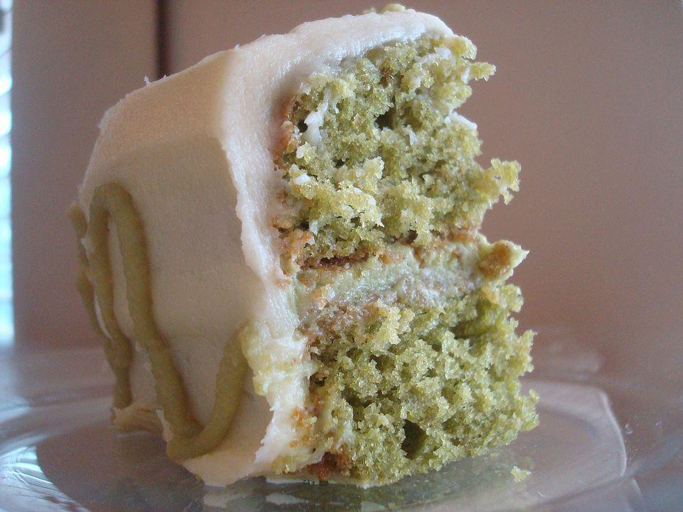 Torta de té verde con crema de mantequilla de chocolate blanco (lácteos)