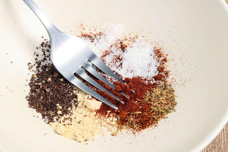 Combine the garlic powder, thyme, paprika, freshly ground black pepper, and kosher salt
