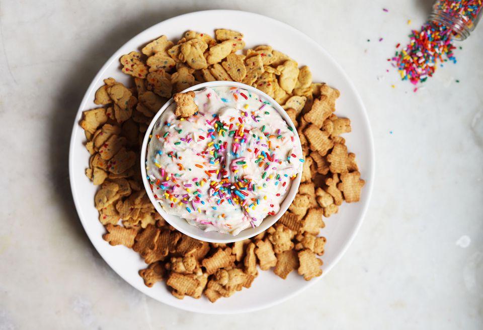 dunkaroo dip with graham cracker cookies