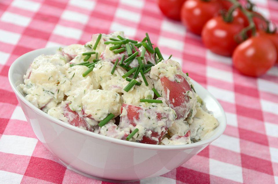 Ensalada de papa roja con aderezo de mayonesa y crema agria