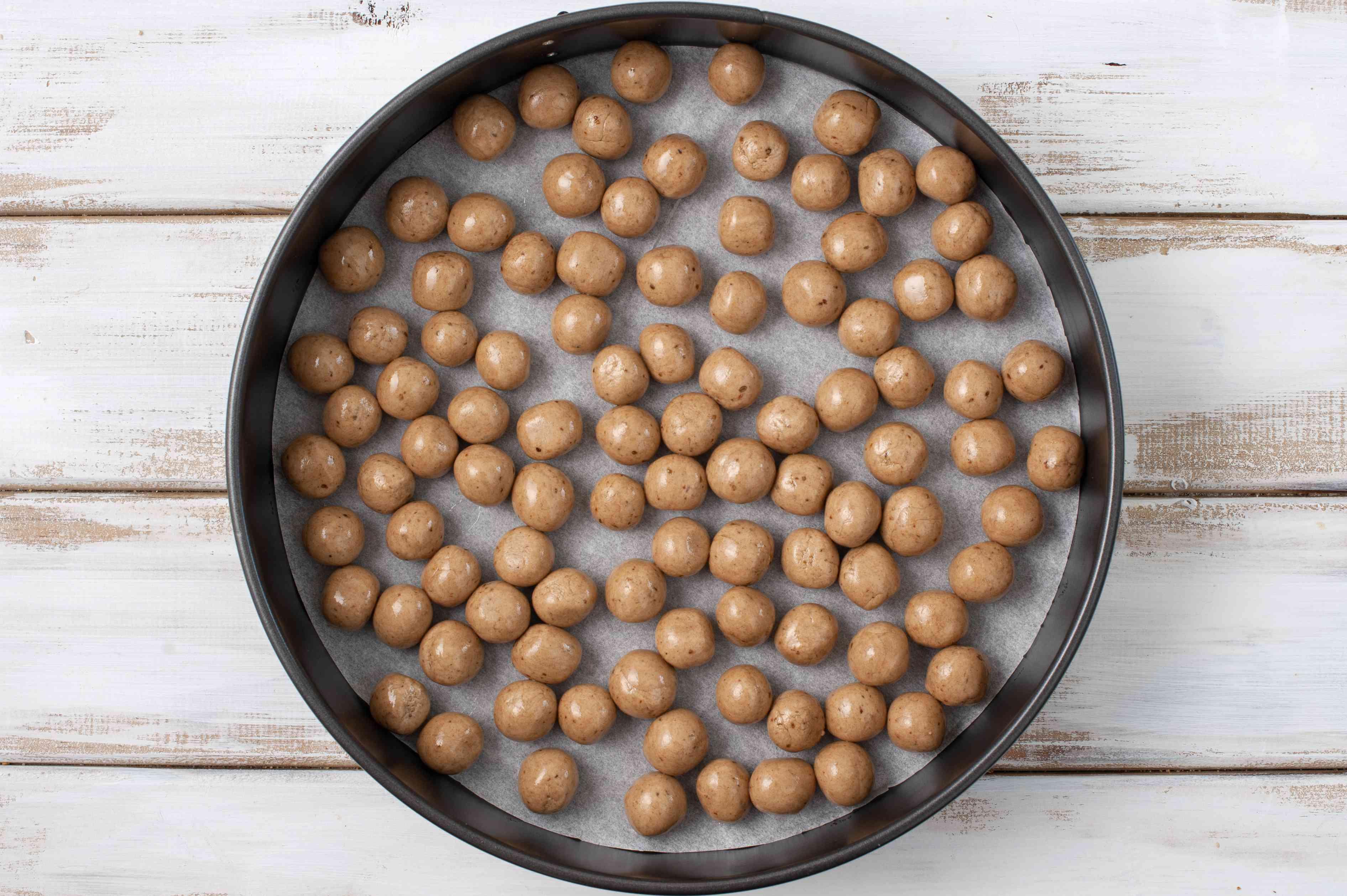 Place balls in cake tin