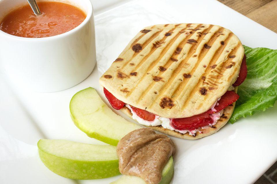 Sandwich vegetariano de manzana y queso cheddar Panini