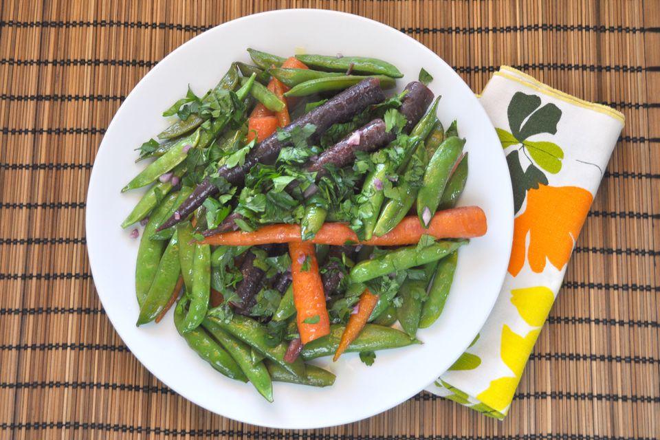 Zanahorias frescas y guisantes rápidos con azúcar