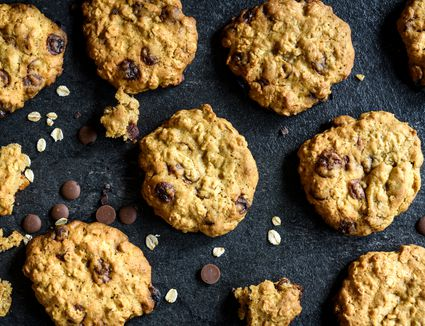 Low-Calorie Chocolate Chip Oatmeal Cookies