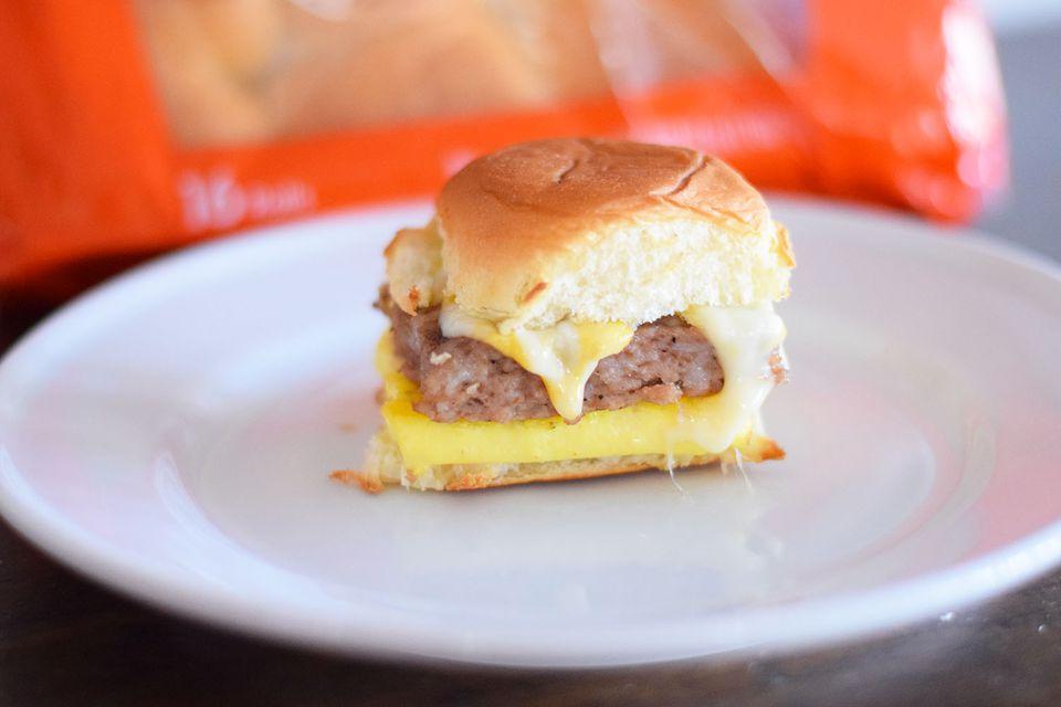 Deslizadores de desayuno de huevo y queso de salchicha