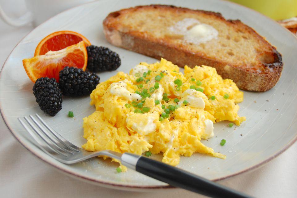 Huevos revueltos con queso crema