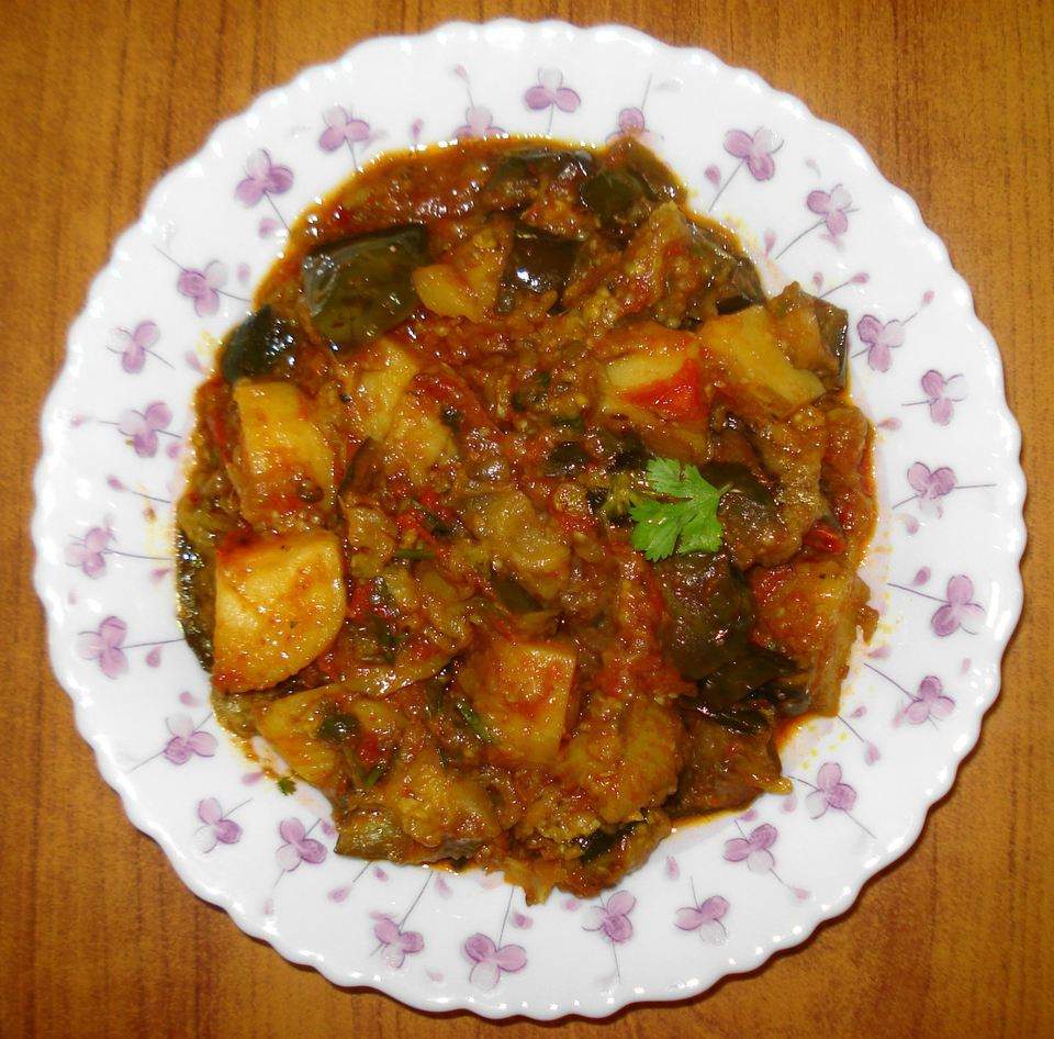 A plate of Baingan Aaloo Ki Subji
