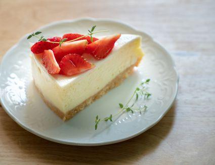 new york style cheesecake with strawberries
