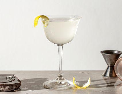 Vodka Martini recipe, martini with lemon peel