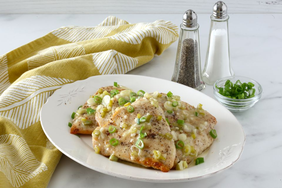 Broiled chicken with lemon and green onions.