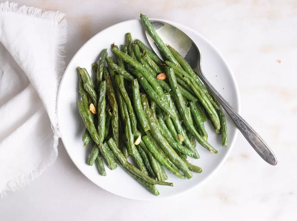 Air fryer green beans on a white plate