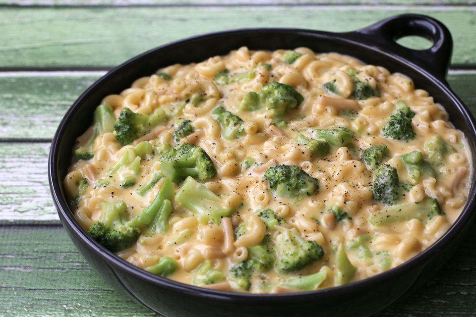 Fácil macarrones con queso y brócoli en una sola bandeja