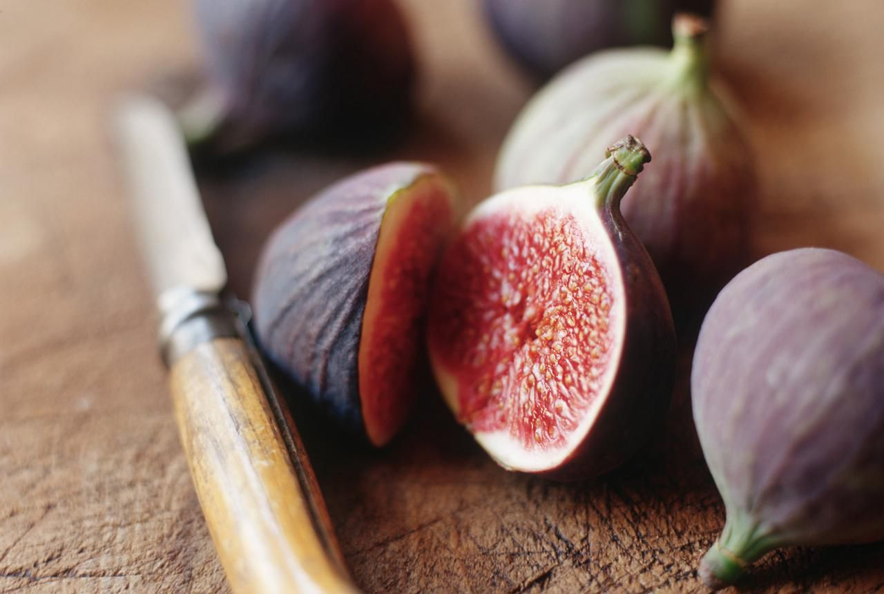 fresh figs with wooden knife