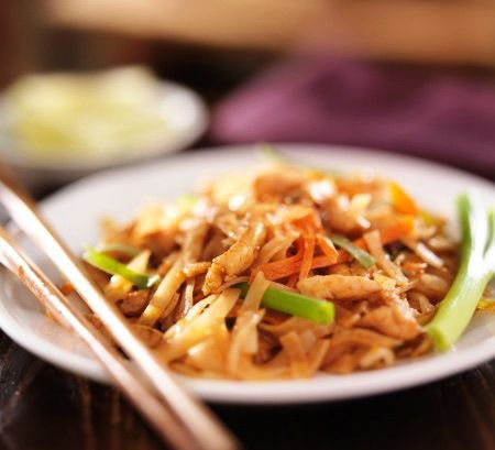Pad Thai Gai: Thai Thai Fideos salteados con pollo