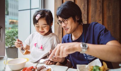 father-daughter-eating