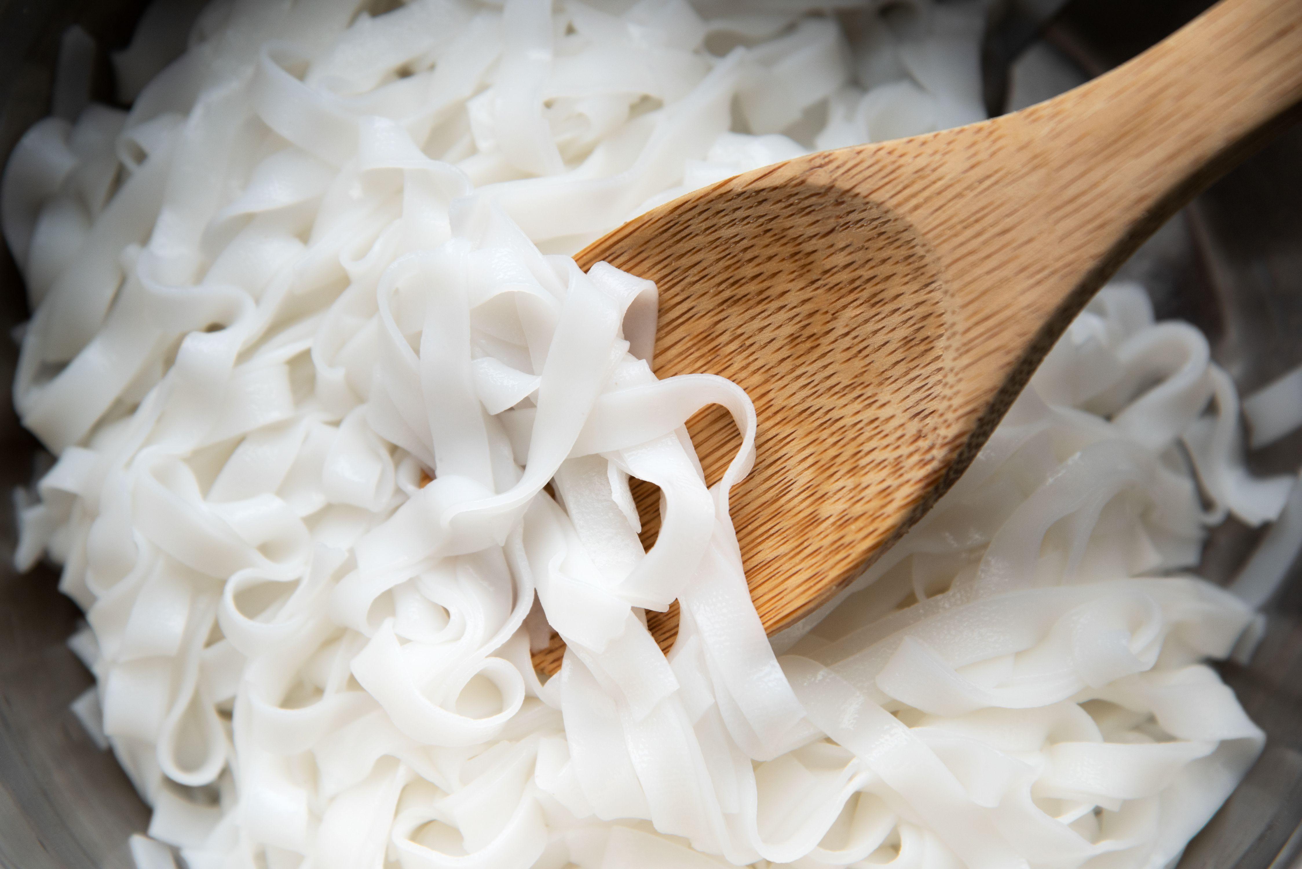 Cook pad thai noodles