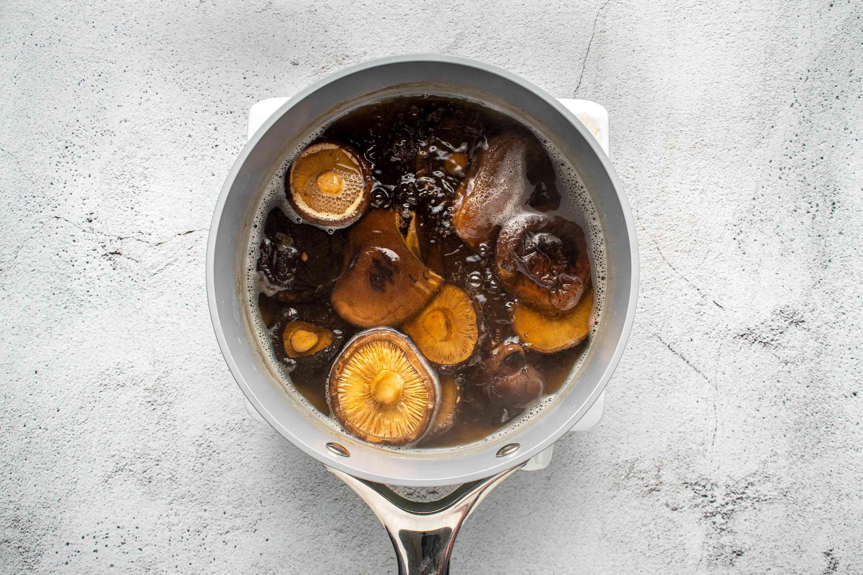add mushrooms to the dashi in the saucepan