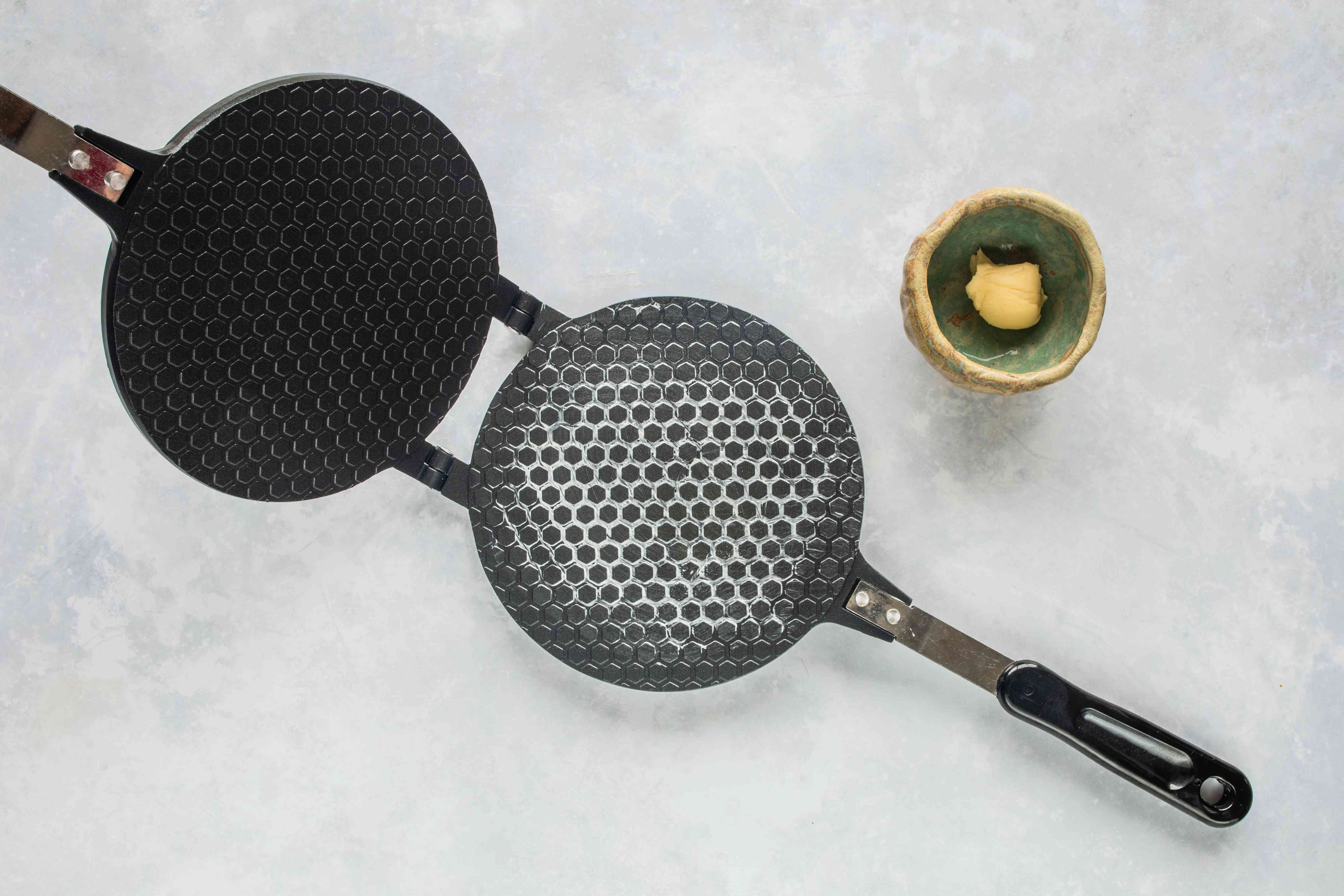 Grease waffle iron