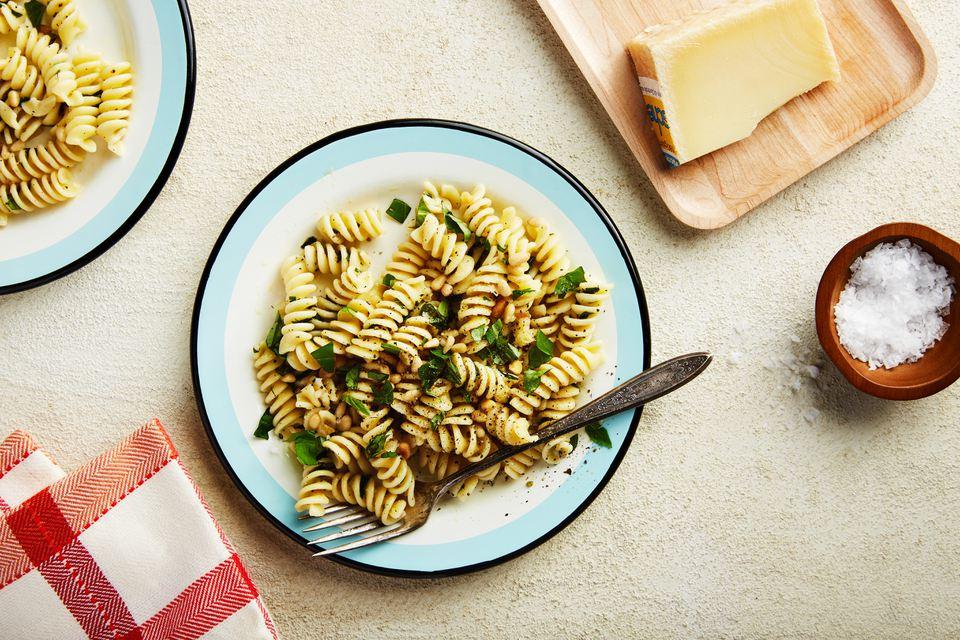 Ensalada de pasta fácil con hierbas frescas, limón y ajo