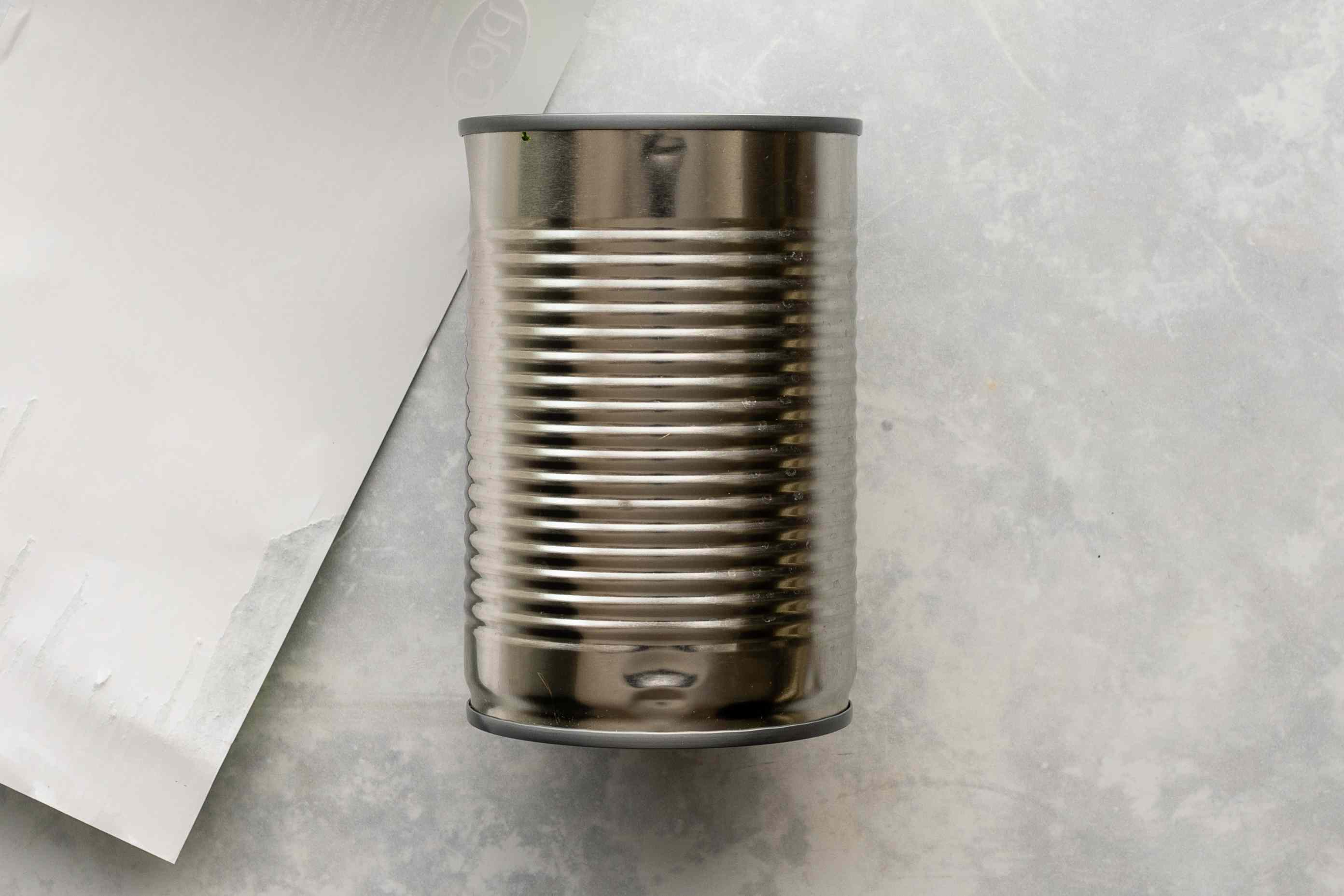 Remove paper label from can