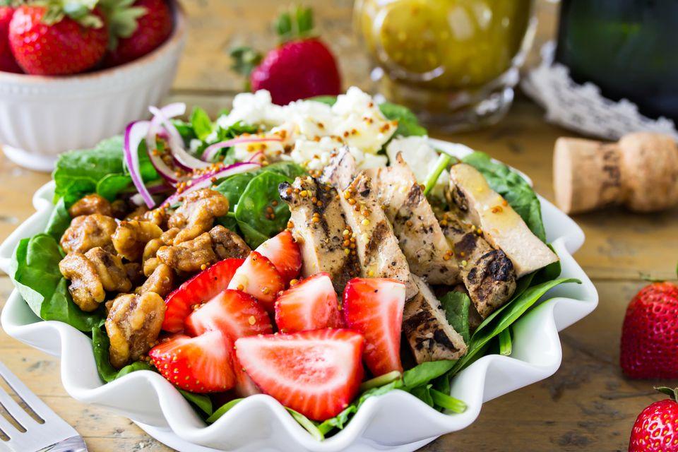 Ensalada de pollo y fresas con vinagreta de champán