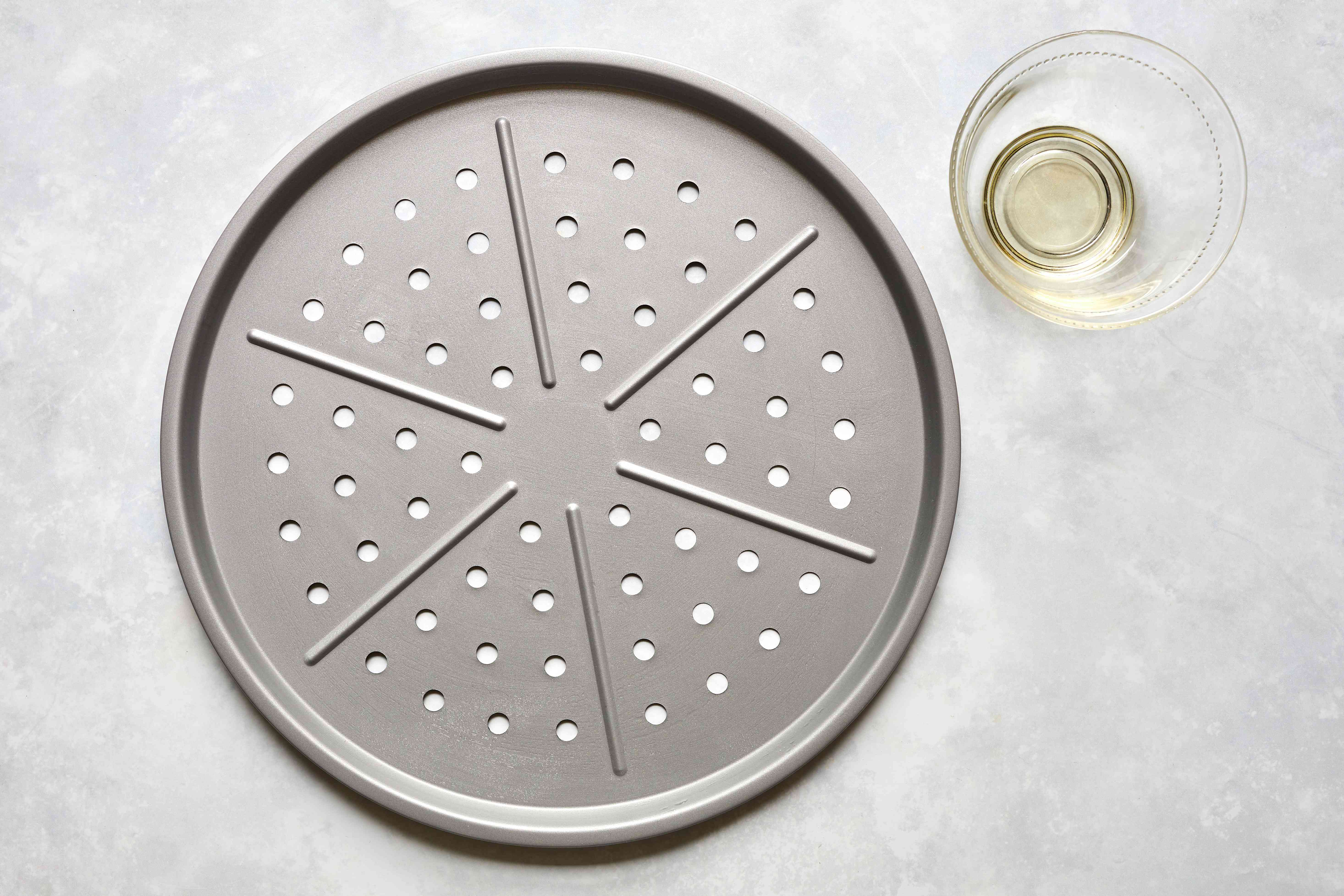 pizza baking pan and olive oil