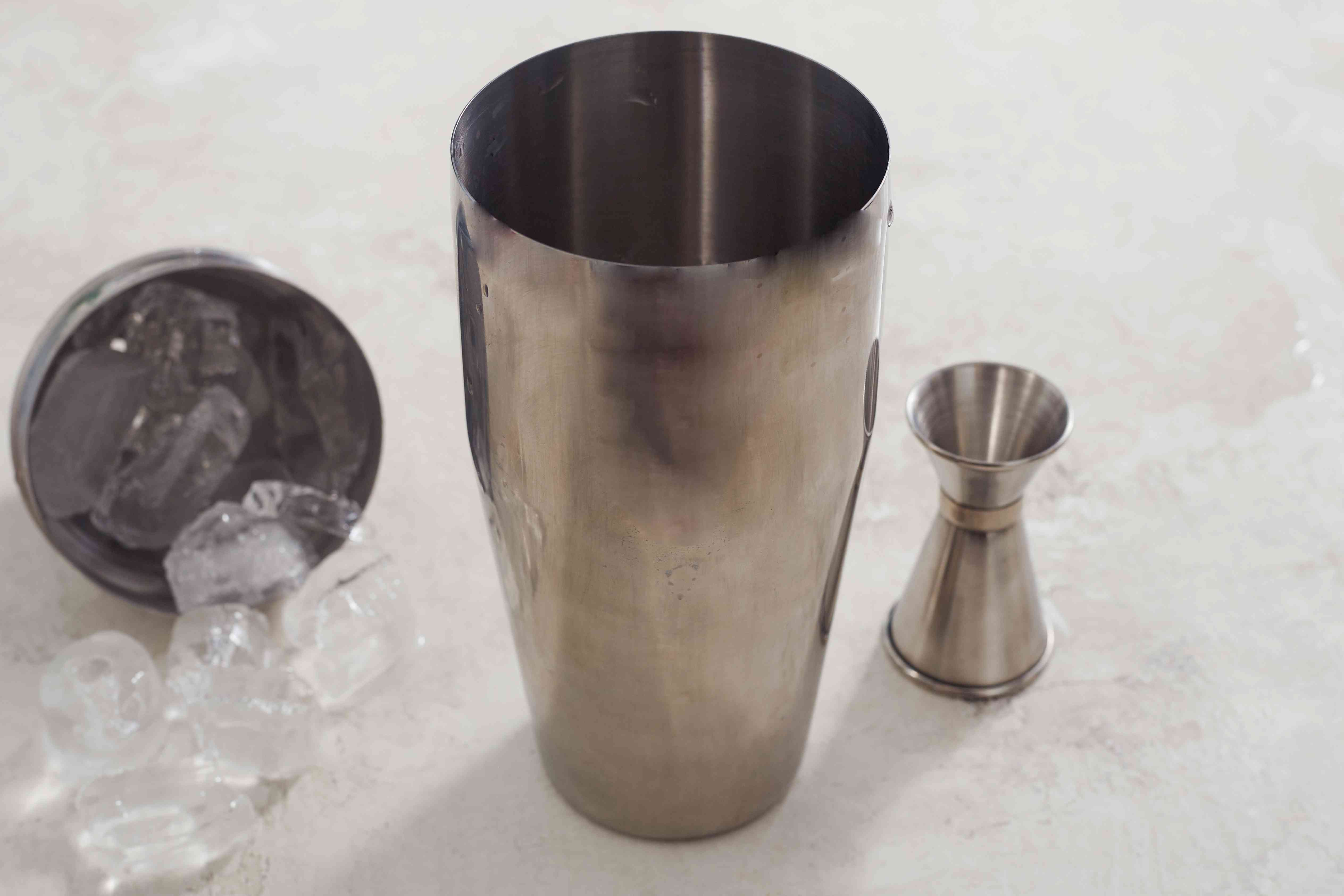 Cocktail shaker with ice