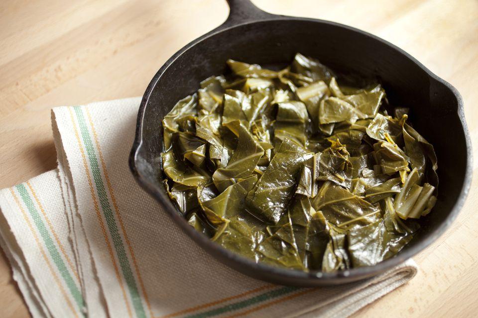 Verdes de estilo sureño con salsa de pimienta