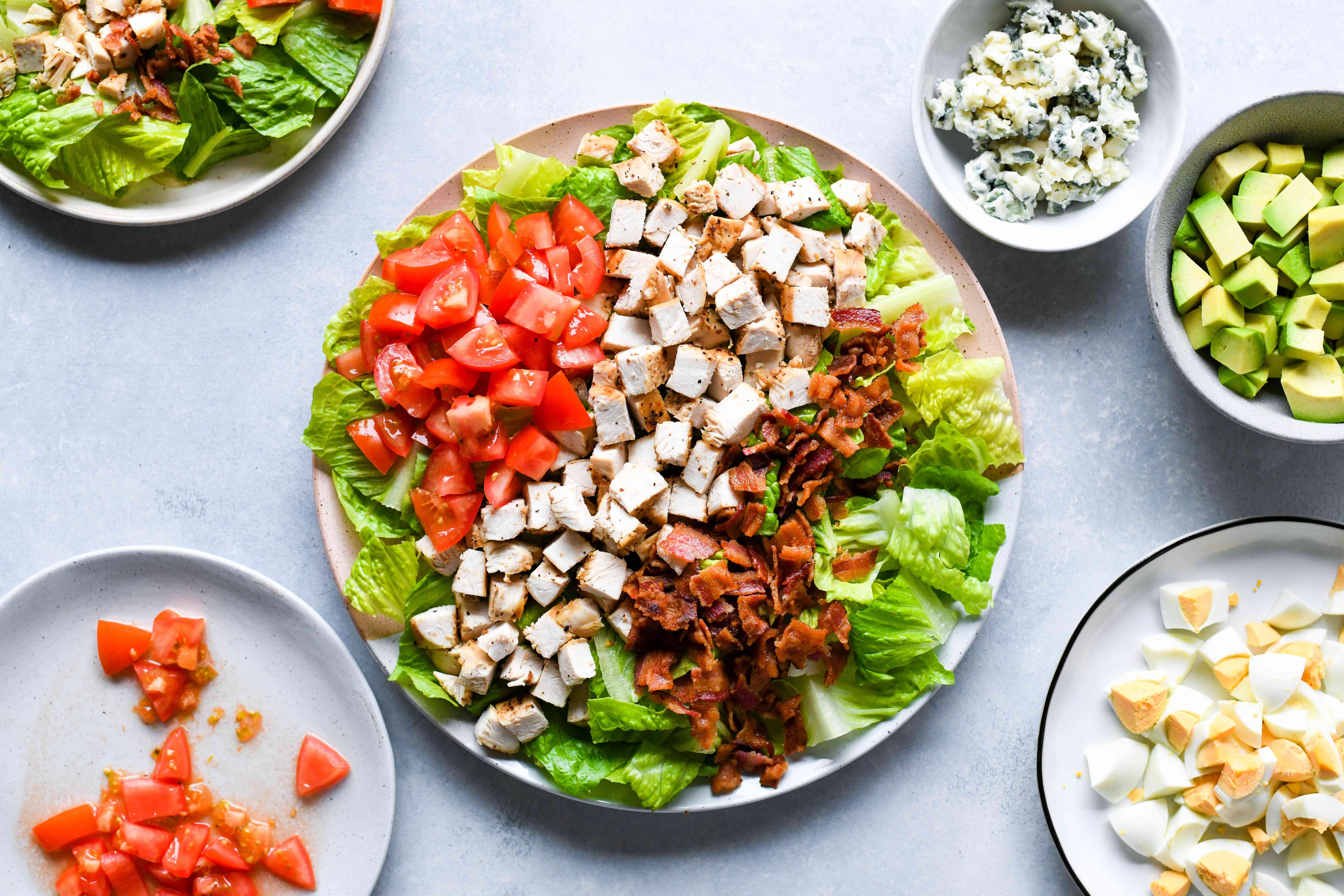 lettuce, chicken, tomatoes and bacon on a plate