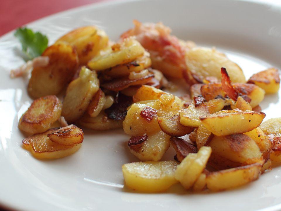 Bratkartoffeln (Papas alemanas con tocino)