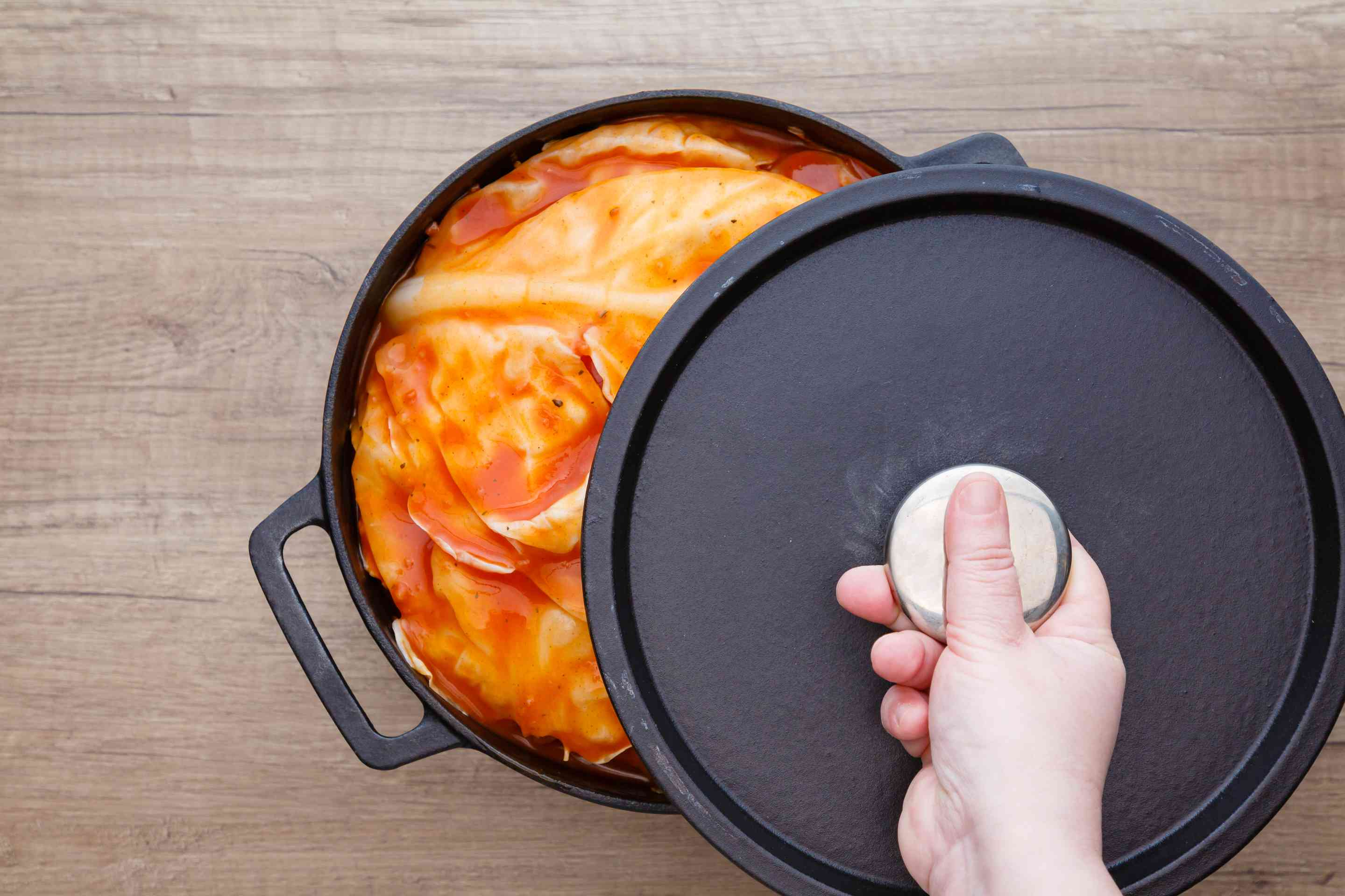 Covering the cabbage rolls with a lid