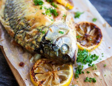 Baked carp with lemon slices
