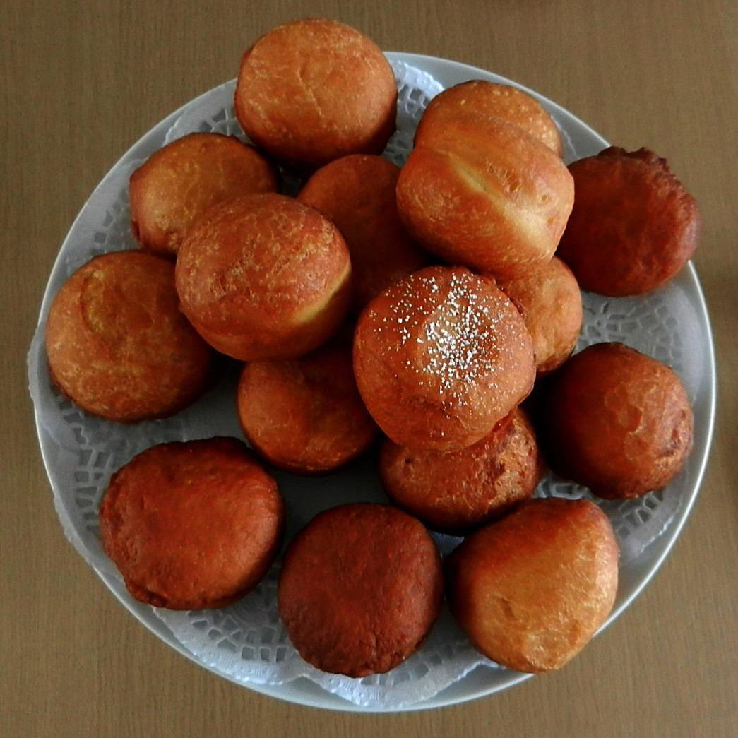 Magwinya/Doughnuts on a table