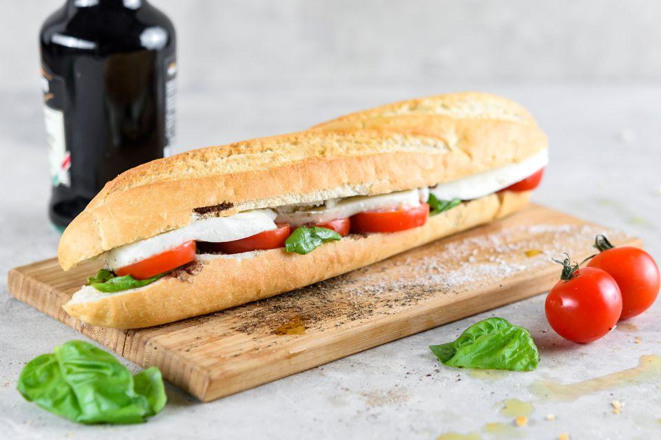 Sandwich Caprese con tomate, mozzarella y albahaca fresca