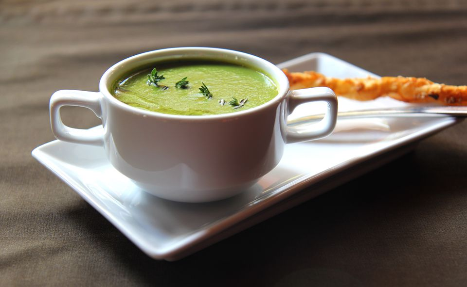 Pea and mint soup with cracker