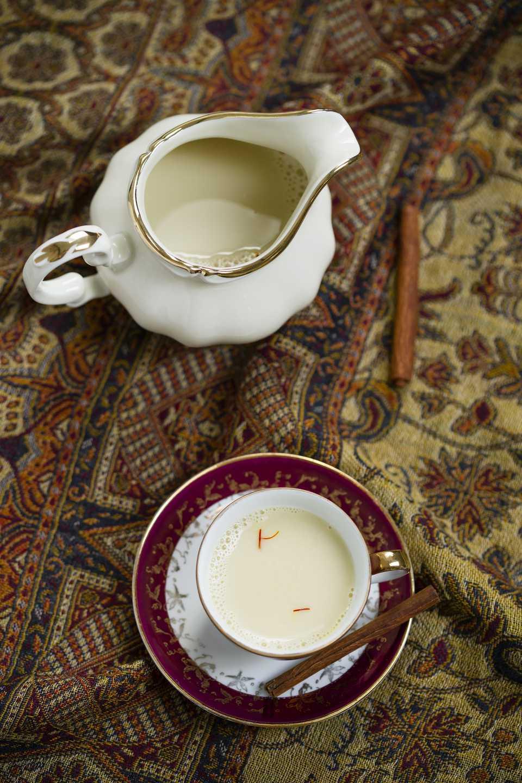 Prepare la clásica leche de azafrán para ayudar con un resfriado