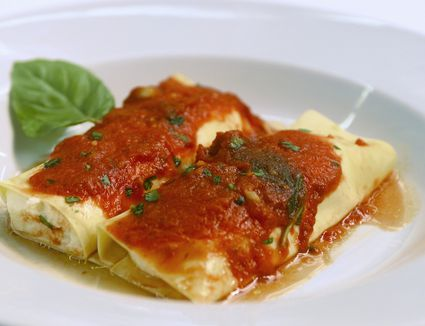 Cannelloni/manicotti with a cheese filling and tomato sauce
